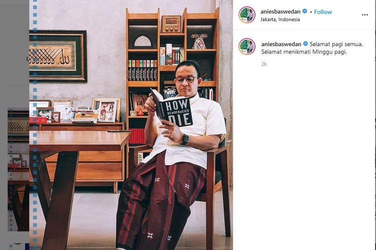 Gubernur Anies Baswedan mengunggah foto dirinya tengah membaca buku How Democracies Die yang ditulis oleh Steven Levitsky dan Daniel Ziblatt.