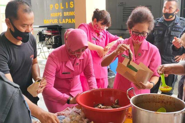 Satuan Brimob Polda Sumut hadir guna membantu proses evakuasi warga dan juga gelar Mobil Dapur Lapangan dan membagikan makanan sebagai bentuk kepedulian Satuan Brimob Polda Sumut kepada masyarakat terdampak banjir.