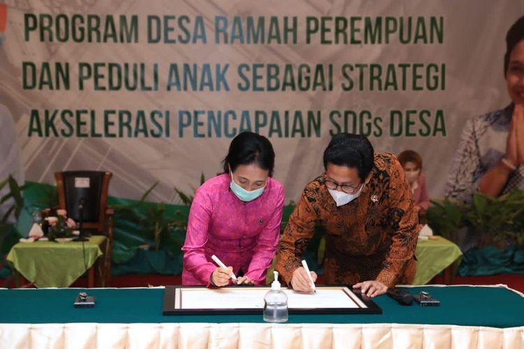 Mendes PDTT Abdul Halim Iskandar bersama Menteri PPPA I Gusti Ayu Bintang Puspayoga dalam penandatanganan dan deklarasi Desa Ramah Perempuan dan Peduli Anak di Grand Sahid, Jakarta, Rabu (11/11/2020).