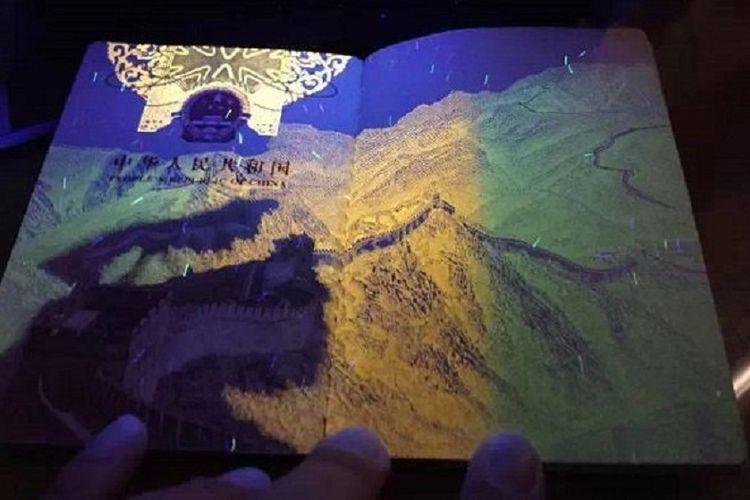 Paspor China menampilkan lukisan Tembok China