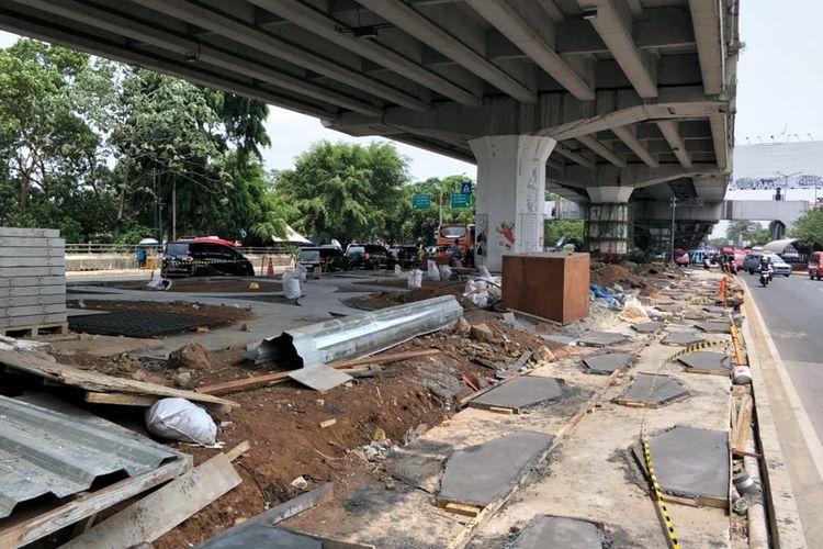 Satu bidang lahan di Skate Park, kolong flyover Pasar Rebo, Jakarta Timur, masih dalam tahap pembangunan, Jumat (1/11/2019).