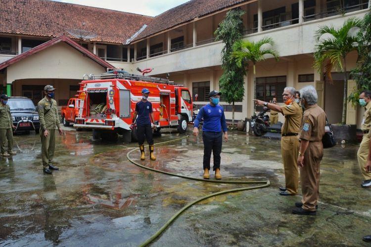 Penjabat Sementara (Pjs) Bupati Purbalingga, Sarwa Pramana baru-baru ini menginstruksikan pemadam kebakaran untuk menyemprotkan disinfektan di bekas gedung SMPN 3 Purbalingga yang akan digunakan sebagai ruang isolasi darurat.