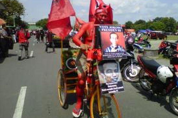 Tomi Lomempo saat datang di Alun-alun Selatan Yogyakarta lokasi acara kampanye terbuka PDIP