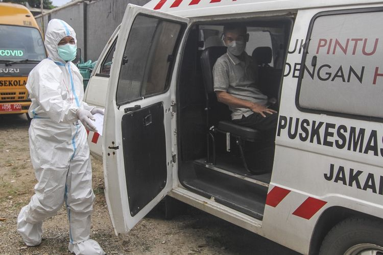 Medical workers take away residents of Jakarta's Cipayung district who tested positive for Covid-19 on Friday (21/5/2021). ANTARA FOTO/Asprilla Dwi Adha/rwa.