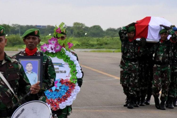Prajurit TNI membawa foto, karangan bunga dan peti jenazah Pratu Yanuarius Loe korban kecelakaan Heli MI-17 saat tiba di Lanud El Tari Kupang, NTT, Selasa (18/2/2020). Pratu Yanuarius adalah seorang prajurit TNI asal Kabupaten Belu yang menjadi salah satu dari 12 korban jatuhnya Heli M-17 dan hilang di pegunungan Distrik Oksop, Kabupaten Pegunungan Bintang, Papua pada 28 Juni 2019. ANTARA FOTO/Kornelis Kaha.