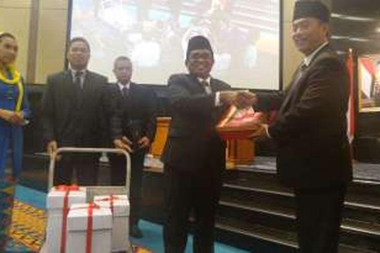 Plt Gubernur DKI Jakarta Sumarsono dan Ketua DPRD DKI Jakarta Prasetio Edi Marsudi saat pengesahan APBD DKI 2017, Senin (19/12/2016).