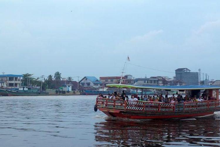 Suasana menyusuri sungai Kapuas menggunakan kapal wisata.