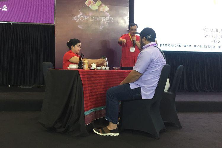 Memperagakan budaya minum teh Cina di seminar Asosiasi Teh Indonesia : Tea Etiquettes : From East To West di SIAL Interfood 2019