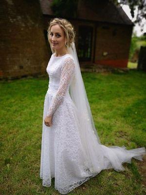 Cat dan pakaian pengantinnya.