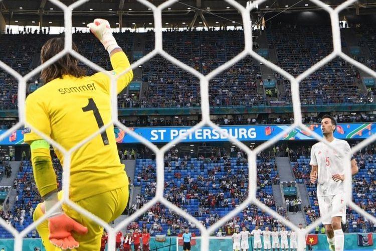 Kiper Swiss, Yann Sommer (kiri), bersuka cita setelah gelandang Spanyol, Sergio Busquets (kanan), gagal mengeksekusi penalti dalam pertandingan perempat final Euro 2020, Jumat (2/7/2021).