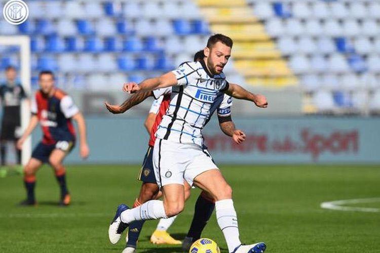 Gelandang Inter Milan Marcelo Brozovic menguasai bola dalam laga melawan Cagliari, Minggu (13/12/2020)