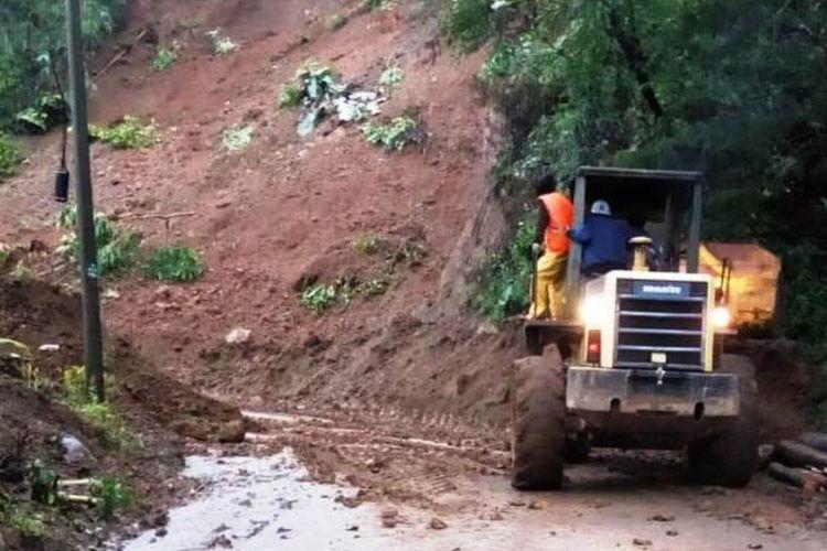 alat berat tengah membersihkan material longsor yang sempat memutus akses jalur lintas selatan di wilayah Kecamatan Cibeber, Kabupaten Cianjur, Jawa Barat.