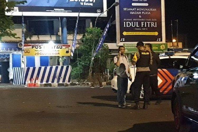 Sejumlah petugas bersiaga di sekitar lokasi dugaan bom bunuh diri di Pos Polisi Kartasura Polres Sukoharjo, tepatnya di Tugu Kartasura, Selasa (4/6/2019) dini hari.
