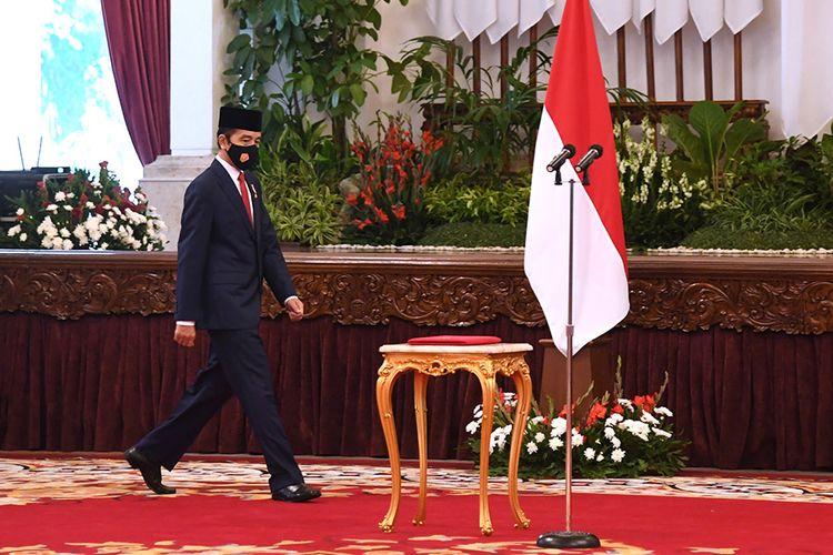 Presiden Joko Widodo berjalan untuk memimpin upacara HUT ke-75 TNI di Istana Negara Jakarta, Senin (5/10/2020). Pada peringatan HUT ke-75 TNI, Presiden Joko Widodo mendukung transformasi organisasi TNI harus selalu dilakukan dengan dinamika lingkungan strategis sesuai dengan dinamika ancaman dan perkembangan teknologi militer.