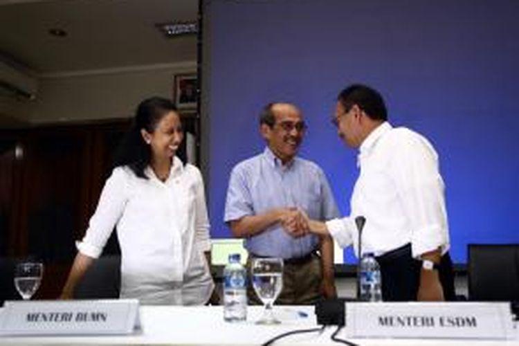 Menteri ESDM Sudirman Said (kanan), Menteri BUMN Rini M Soemarno (kiri), dan Ketua Tim Reformasi Tata Kelola Migas Faisal Basri, bersalaman usai memberikan keterangan kepada wartawan tentang pembentukan Tim Reformasi Tata Kelola Migas di Gedung ESDM, Jakarta Pusat, Minggu (16/11/2014). Tim Reformasi Tata Kelola Migas resmi dibentuk oleh Kementerian ESDM dan Kementerian BUMN untuk meninjau kebijakan pemerintah di sektor energi dari hulu sampai hilir, serta mengkaji ulang keberadaan SKK Migas dan BP Migas.