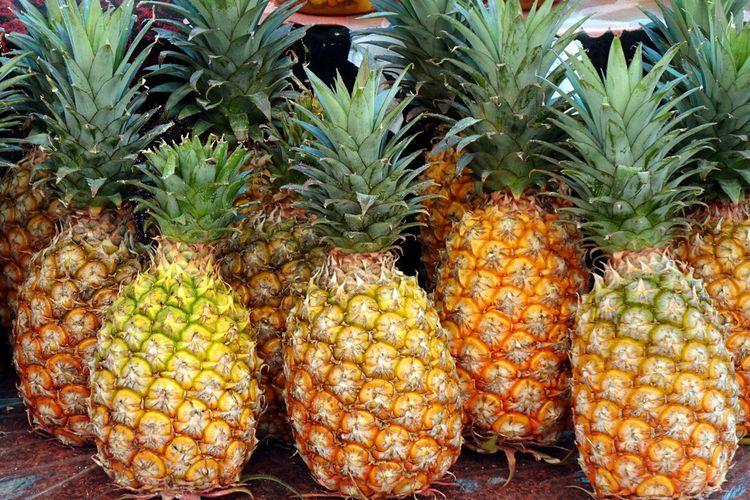 Ilustrasi buah nanas matang dan segar.