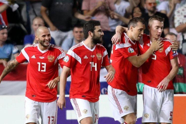 Artem Dzyuba merayakan gol bersama rekan-rekannya pada pertandingan Siprus vs Rusia dalam lanjutan kualifikasi Euro 2020, 13 Oktober 2019.