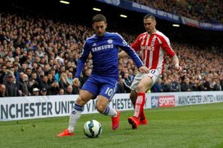 Gelandang Chelsea, Eden Hazard, saat berebut bola dengan pemain Stoke City pada lanjutan Premier League di Stamford Bridge, Sabtu (4/4/2015).