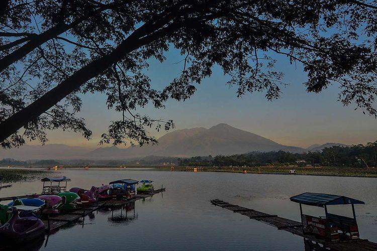Suasana lokasi wisata Situ Bagendit di Banyuresmi, Kabupaten Garut, Jawa Barat, Selasa (26/3/2019). Pemerintah Pusat dan Pemprov Jabar akan merevitalisasi Situ Bagendit seluas 150 hektare menjadi destinasi wisata kelas dunia dengan mengalokasi anggaran sebesar Rp130 miliar yang akan dimulai pada tahun 2019 ini.
