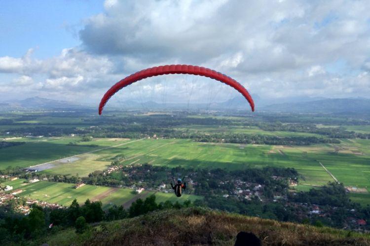 Peserta Paralayang lepas landas, diantara pemandangan yang indah terhampar luas (01/07/2018)