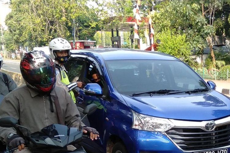 Mobil ASN yang kena tilang dalam Operasi Patuh Jaya di Jalan Mayjen Sutoyo, Jakarta Timur, Kamis (23/7/2020).