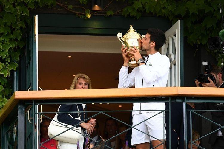 Novak Djokovic menjadi juara Wimbledon 2019 untuk nomor tunggal putra seusai mengalahkan Roger Federer dalam pertarungan 5 set, 14 Juli 2019.