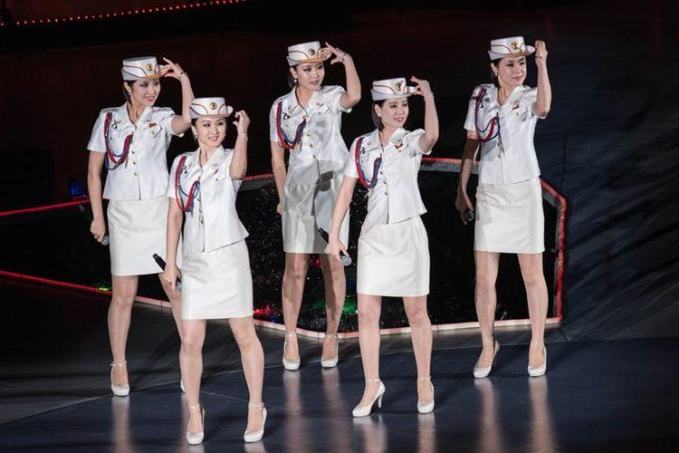 Kelompok girlband Korea Utara, Moranbong, saat tampil di atas panggung.
