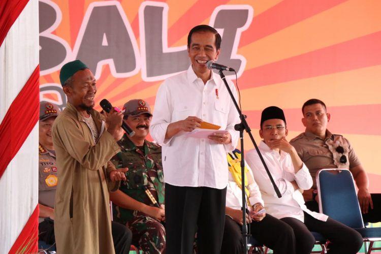 Presiden Joko Widodo berdialog dengan salah satu warga korban gempa di Lombok, NTB, Minggu (2/9/2018).