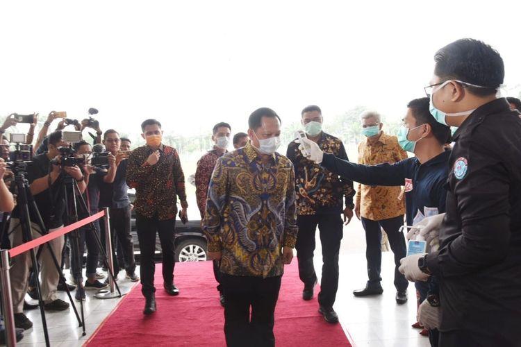 Menteri Dalam Negeri (Mendagri) Tito Karnavian saat hendak melakukan rapat kesiapsiagaan penanganan Corona Virus Disease-19 (Covid) di wilayah Provinsi Sumsel, di Griya Agung Palembang, (21/3/2020).