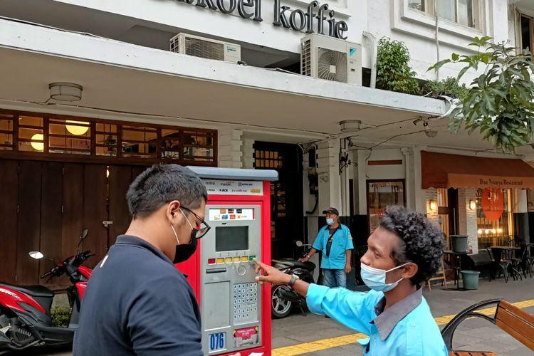 Pengamat Kebijakan Publik Azas Tigor Nainggolan menyoroti dugaan pungutan liar yang terjadi pada lahan parkir di trotoar Jalan Cikini Raya, Cikini, Menteng, Jakarta Pusat.   Kejadian pungli ini dialami oleh Tigor dan rekannya pada Senin (2/8/2021) kemarin.