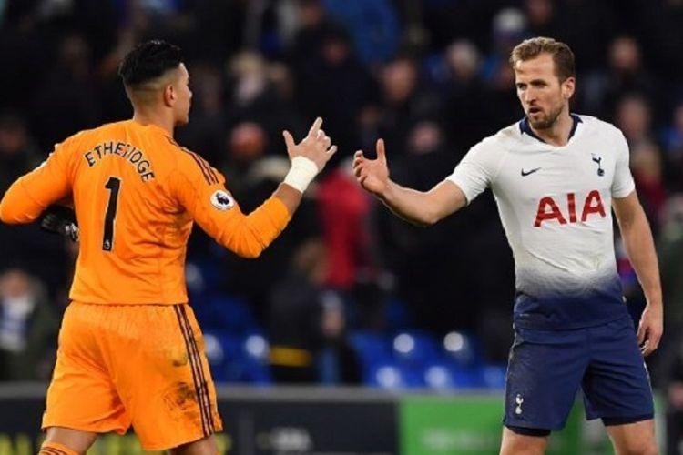 Neil Etheridge menyalami Harry Kane seusai laga Cardiff City vs Tottenham Hotspur pada lanjutan Liga Inggris, 1 Januari 2019.