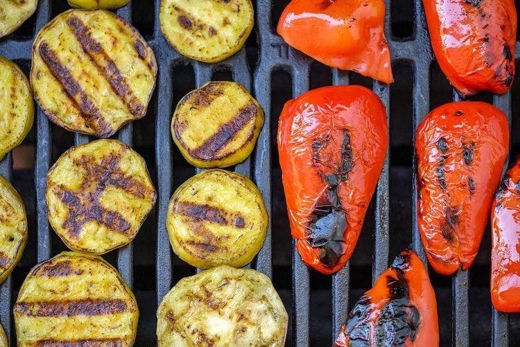 Ilustrasi paprika dan zukini bakar untuk barbeku.