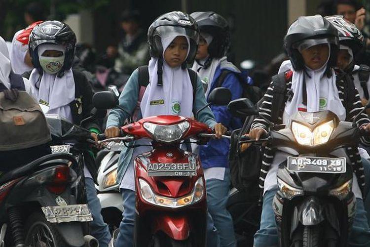 Ilustrasi wanita hijab naik motor