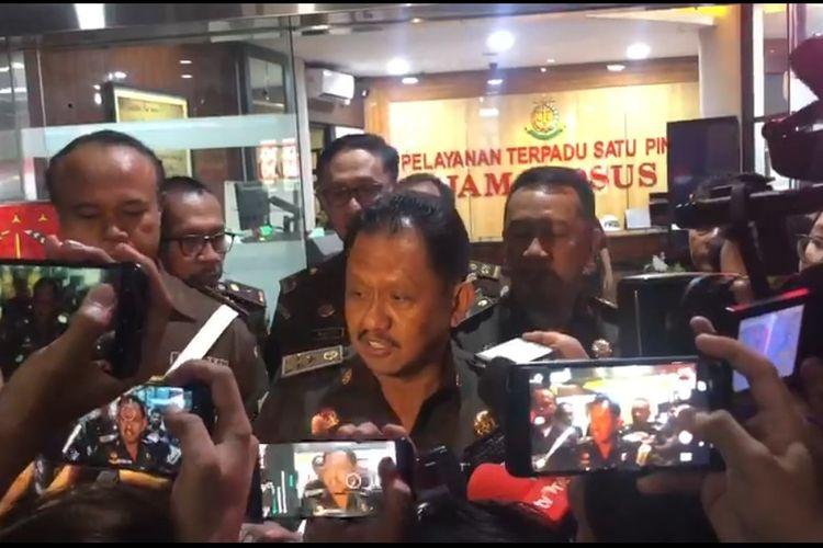 Jaksa Agung Muda Bidang Tindak Pidana Khusus (JAM Pidsus) Adi Toegarisman di Gedung Bundar, Jakarta Selatan, Senin (30/12/2019).