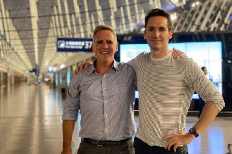Jurnalis Australian Broadcasting Corp Bill Birtles (kanan) dan wartawan The Australian Financial Reviews Michael Smith saat berada di Bandara Shanghai sebelum bertolak ke Sydney. Mereka terpaksa meninggalkan China setelah hendak ditanyai pihak keamanan setempat.