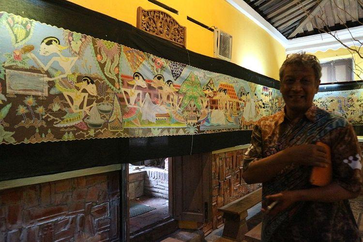 Ketua paguyuban Kampoeng Batik Laweyan, Alpha Febela Priyatmono di kediamannya.