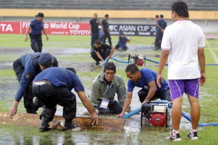Hujan deras yang mengguyur Stadion Manahan Solo mengakibatkan pertandingan Liga Champions Asia 2007 antara Persik Kediri melawan Sydney FC tertunda.