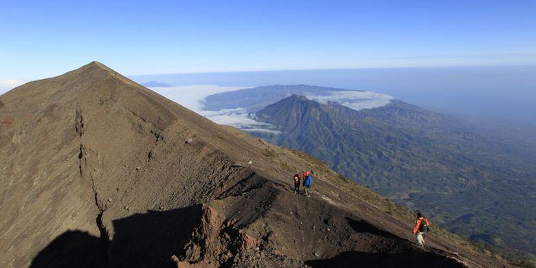 Tim Ekspedisi Cincin Api Kompas menuruni puncak Gunung Agung (3.142 mdpl), Bali, Kamis (6/10/2011). Gunung stratovolcano ini terakhir meletus dahsyat 1963 menelan korban jiwa 1.148 orang. Latar belakang di kejauhan terlihat kaldera Gunung Batur.