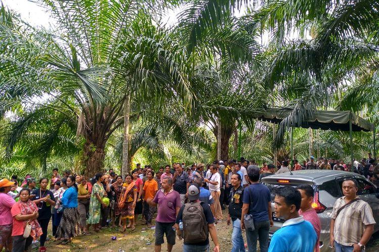 Tak hanya di dua rumah di Kelurahan Gedung Johor yang saat rekonstruksi pembunuhan hakim PN Medan, Jamaludin dikerumuni oleh warga yang penasaran. Di lokasi penemuan mayatnya di kebun sawit ini, warga juga ramai berdatangan melihat proses rekonstruksi tahap II yang dimulia dari rumah penjemputan pelaku, eksekusi hingga pembuangan.