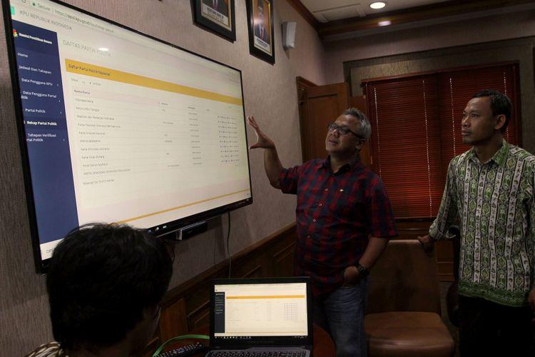 Ketua Komisi Pemilihan Umum (KPU) Arief Budiman (kiri) didampingi Komisioner Komisi Pemilihan Umum (KPU) Pramono Ubaid Tanthowi (kanan) menjelaskan tata cara penggunaan Sistem Informasi Partai Politik (Sipol) kepada wartawan di Kantor KPU Pusat, Jakarta, Jumat (6/10/2017). KPU menyebut hingga hari keempat pendaftaran pemilu 2018, sudah ada 30 partai politik yang menginput data kepengurusan dan keanggotaan ke dalam Sipol.