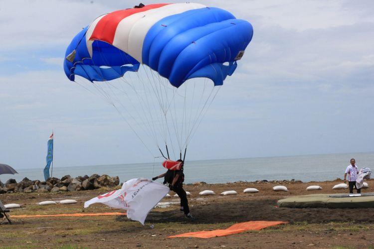 Salah satu penerjun dalam Manado International Parachuting Championship sedang melakukan pendaratan, Senin (16/10/2017).