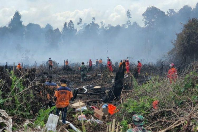 Tim satgas karhutla berjibaku memadamkan titik api karhutla di Kecamatan Bangko, Kabupaten Rohil, Riau, Rabu (23/6/2021).