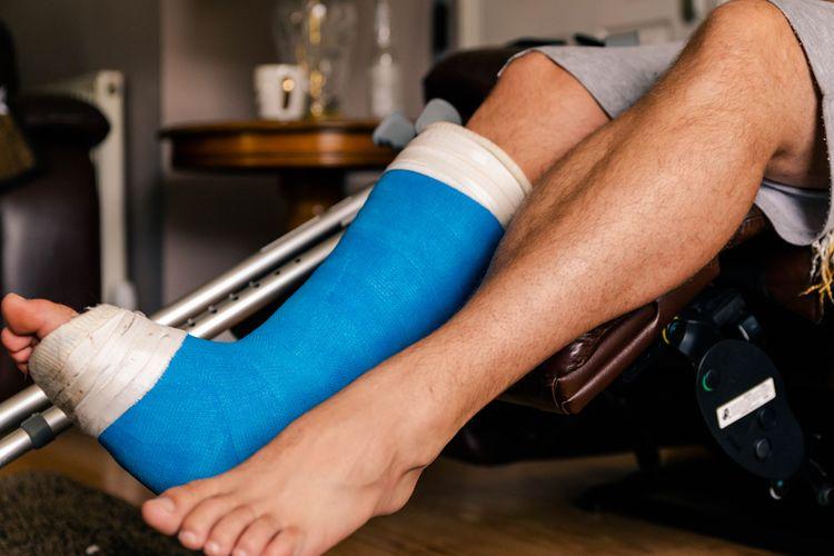 Seorang pria yang mengalami cedera kaki