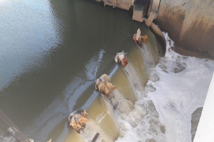 Limpasan air di Pintu Air Weir 3 Marunda yang disebut menyebabkan lautan busa di Kanal Banjir Timur.