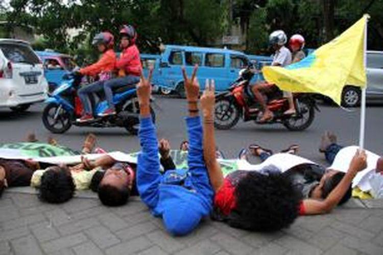 Beberapa elemen mahasiswa di Manado menggelar demo keprihatinan terhadap krisis di Suria dengan cara tidur di jalan.