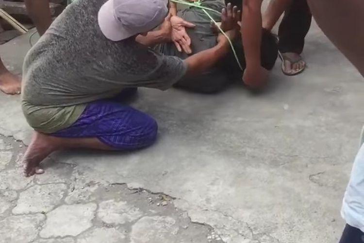 tangkapan layar video viral, pecuri kotak amal di sebuah masjid di Kota Mataram