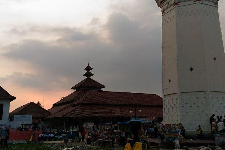 Suasana Masjid Agung Banten jelang maghrib.