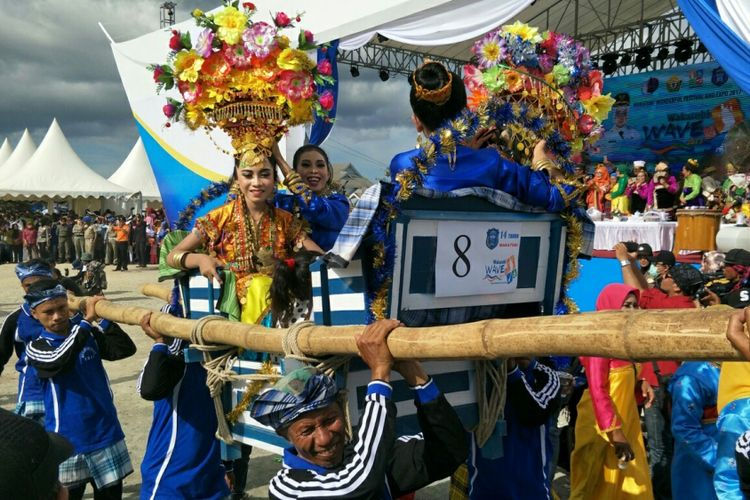 Kansodaa, prosesi adat masyarakat Wakatobi yang digelar saat perhelatan Wakatobi Wonderful Festival and Expo 2017 atau Wakatobi WAVE 2017 yang berlangsung pada 11 hingga 13 November 2017 di pelabuban Panggulubelo, Pulau Wangi-Wangi, Kabupaten Wakatobi, Sulawesi Tenggara.