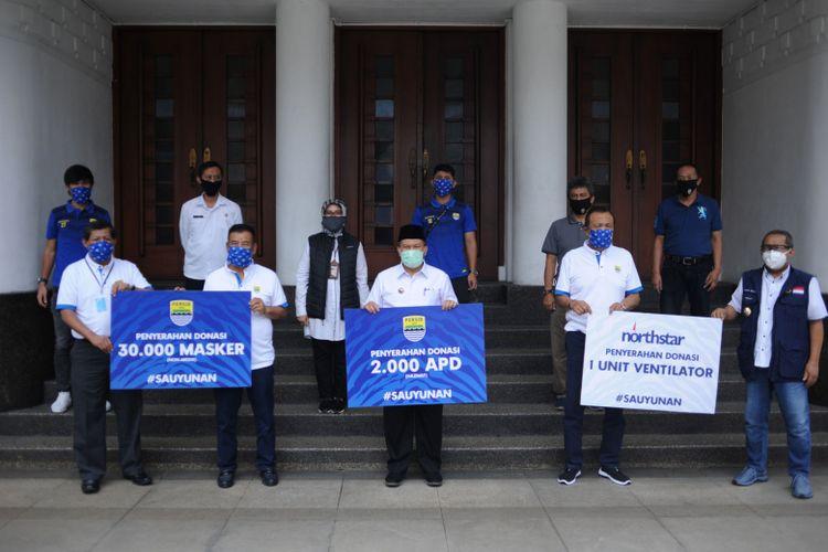 Manajemen Persib Bandung memberikan sumbangan alat mesia kepada Pemerintah Kota (Pemkot) Bandung, si Balai Kota Bandung, Rabu (20/05/2020).