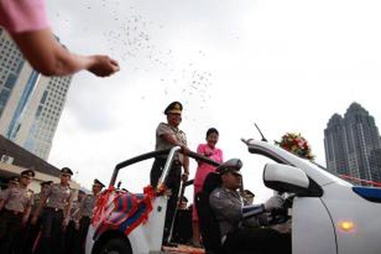 Kepala Polda Metro Jaya Irjen Dwi Priyatno didampingi istri disambut dalam acara pisah sambut di Markas Polda Metro Jaya, Jakarta, Selasa (18/3). Irjen Dwi Priyatno resmi menggantikan Irjen Putut Eko Bayuseno sebagai Kepala Polda Metro Jaya.  Kompas/Priyombodo (PRI)